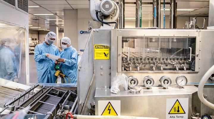 Rio de Janeiro, Rj, BRASIL. 14/08/2020;  funcionarios da fundação Oswaldo Cruz fazem manuntenção em maquina que sera usada na produção da vacina de Oxford contra a COVID-19.   ( Foto: Ricardo Borges/Veja)