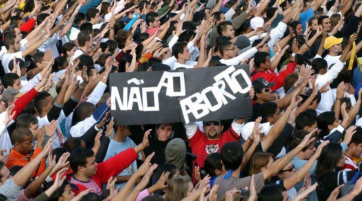 """Legenda B200 """"Não ao aborto"""" e saudação romana. Luta antiaborto é um chamariz fascista Crédito B200 Fabio Pozzebom/ABr - Agência Brasil"""