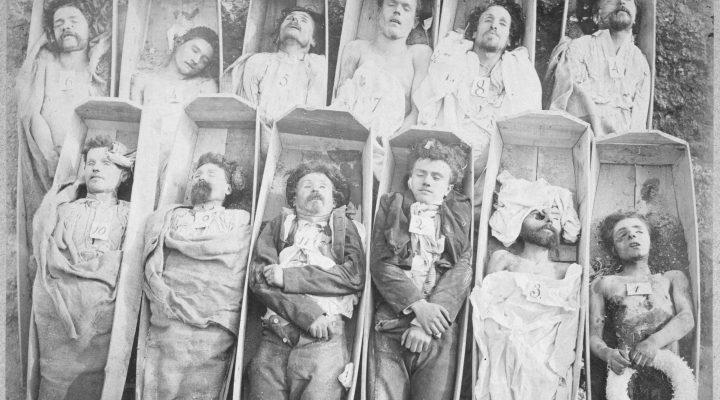 Morts de la Commune, 1871. Photographie d'AndrÈ Adolphe EugËne Disderi (1819-1889). Paris, musÈe Carnavalet.