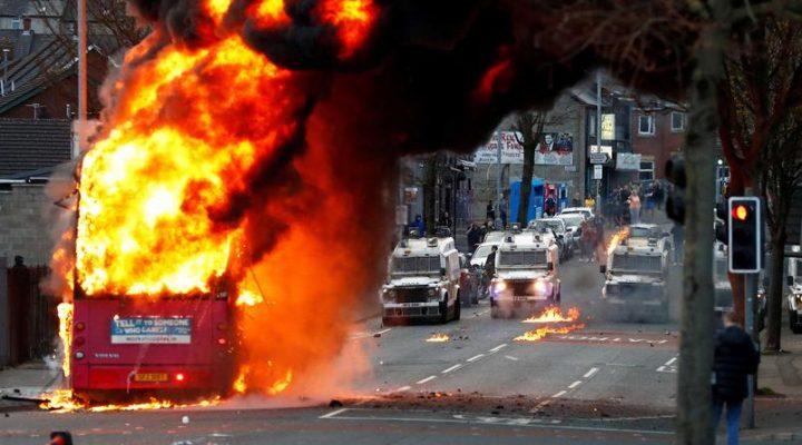 um-onibus-foi-incendiado-apos-jovens-entraram-em-confronto-com-a-policia
